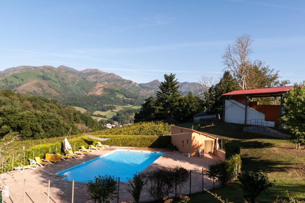 Gite de groupe avec piscine, sejour au pays basque, Baigori domaine Oronozia, paysage et montagnes basques