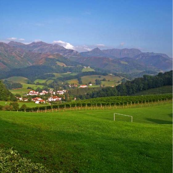 terrain de foot et activité nature gîte de groupe au payx basque - séjour scolaire classe decouverte